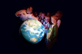 AMSTERDAM - Vandaag is de Tangible Earth (letterlijk: tastbare aarde) van de Japanse wetenschapper Takemura officieel aan NEMO overgedragen. Samen met leerlingen van Basisschool Binnenmeer uit Uitgeest werd een presentatie gegeven. De digitale globe is een spectaculaire manier om onze wereld te presenteren. Je ziet de wereld in één oogopslag en in een donkere zaal is het net of je als astronaut vanuit het heelal naar de aarde kijkt. Er zijn er maar een handjevol van deze globes over de hele wereld en het is de enige in Nederland. PRESSLINK foto. Foto en bijschrift vallen buiten verantwoordelijkheid van de Algemene Nieuwsdienst van het ANP. Foto is vrij van rechten en mag alleen redactioneel gebruikt worden in de context van het bijschrift.
